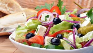 Deftiger gemischer mediterraner Salat