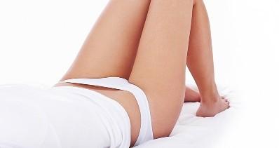 Attraktive weibliche Person in weißer Unterwäsche