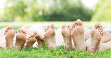 Familie Füße in der Wiese