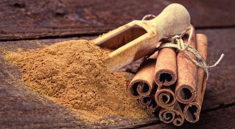 Cinnamon sticks and cinnamon powder on wood floor