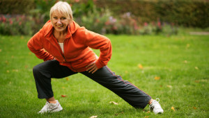 Attraktive ältere Frau treibt Sport im Park