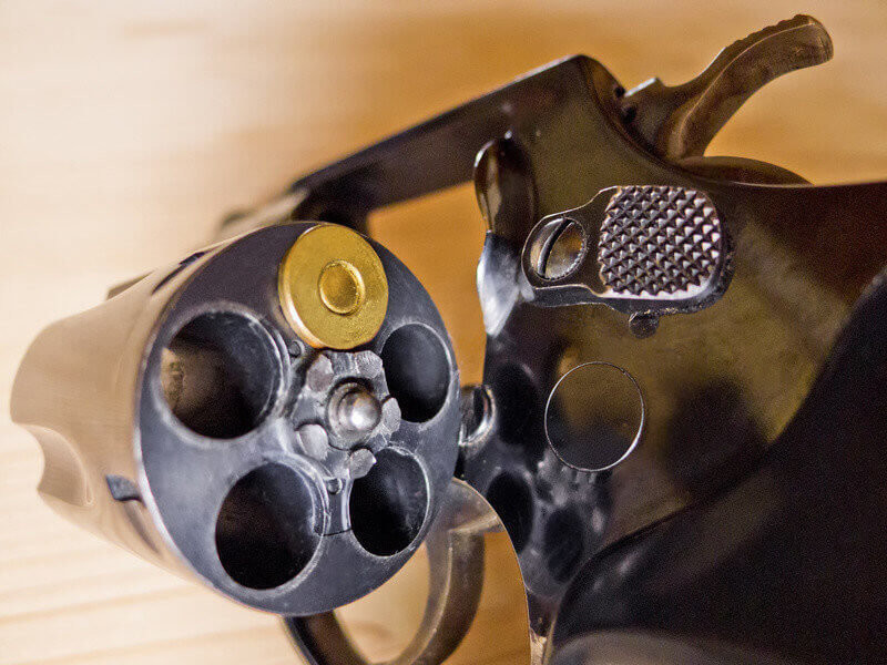 Ein Revolver mit einer einzigen Patrone. Symbolfoto für russisches Roulette.