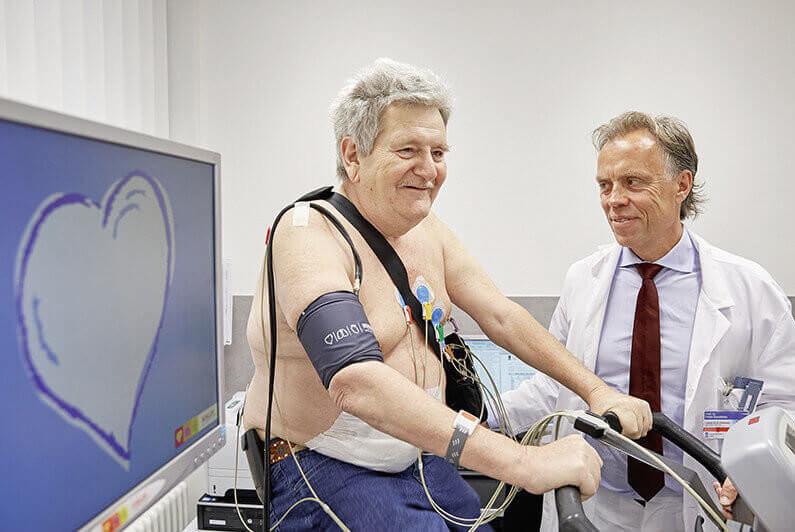 Zuerich ZH, 09.02.2016, Prof. Dr. med. Frank Ruschitzka mit einem Patienten mit einem Kunstherz waehrend einer Untersuchung im Unispital Zuerich. Foto: Moritz Hager