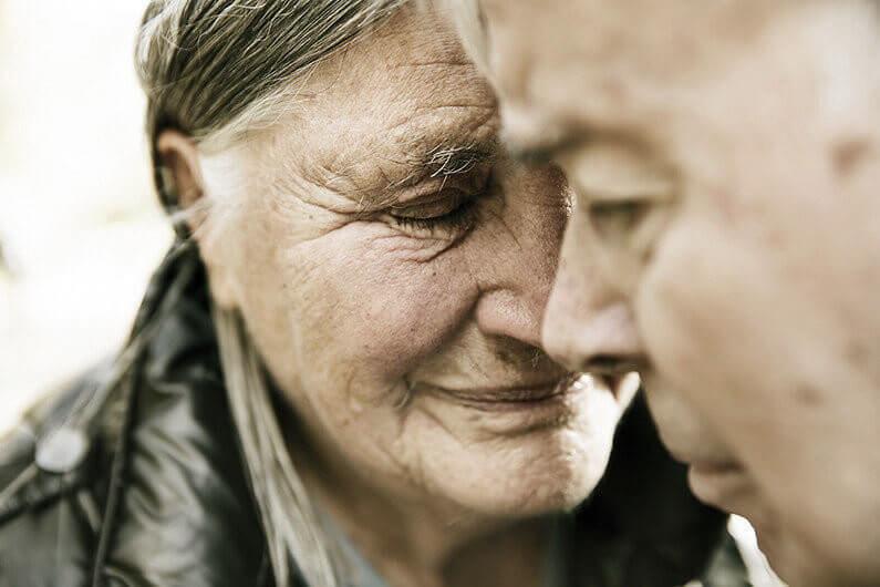 vertrautes Seniorenpaar in einem Park, Nahaufnahme
