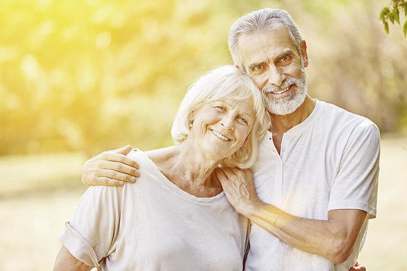 Verliebtes Paar Senioren steht gemeinsam glücklich im Sommer im Garten