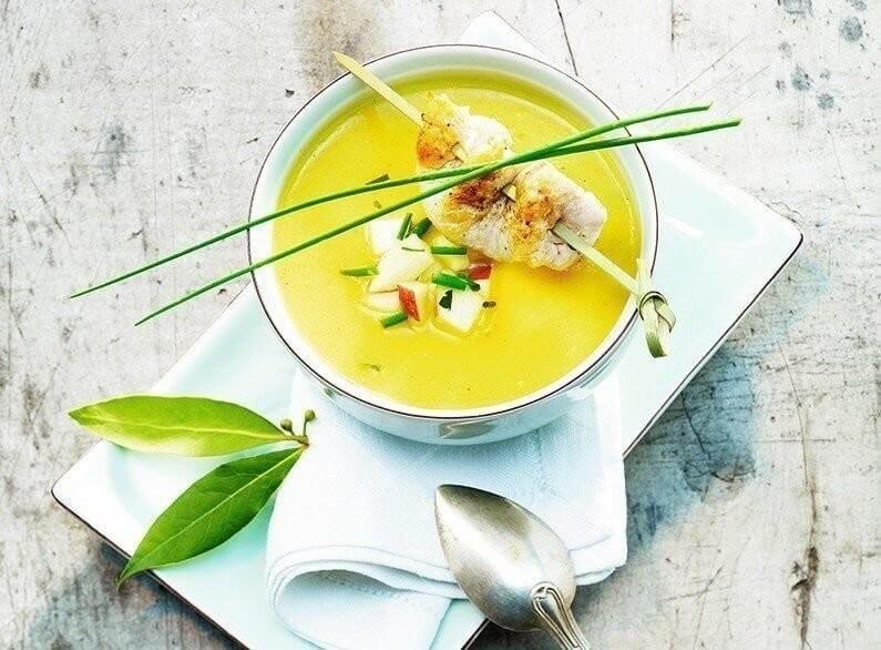 Apfel-Currysuppe mit Pouletspiesschen