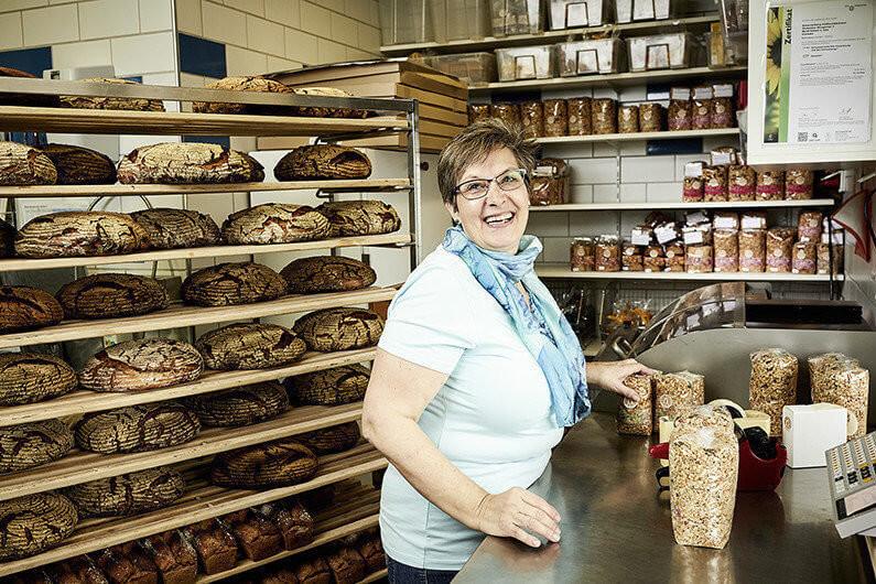 Sylvia Huber arbeitet in der Vollkornbäckerei Scharrenberg in Oetwil am See.