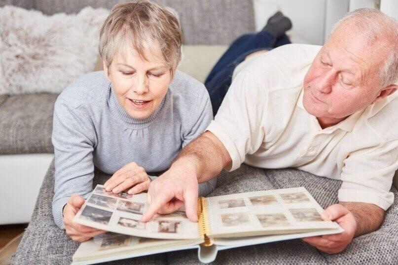 Senioren blättern in einem Fotoalbum