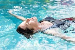 Baden mit vollem Bauch Schwimmbad