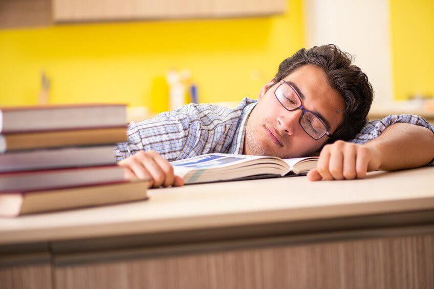 übermüdeter Teenager